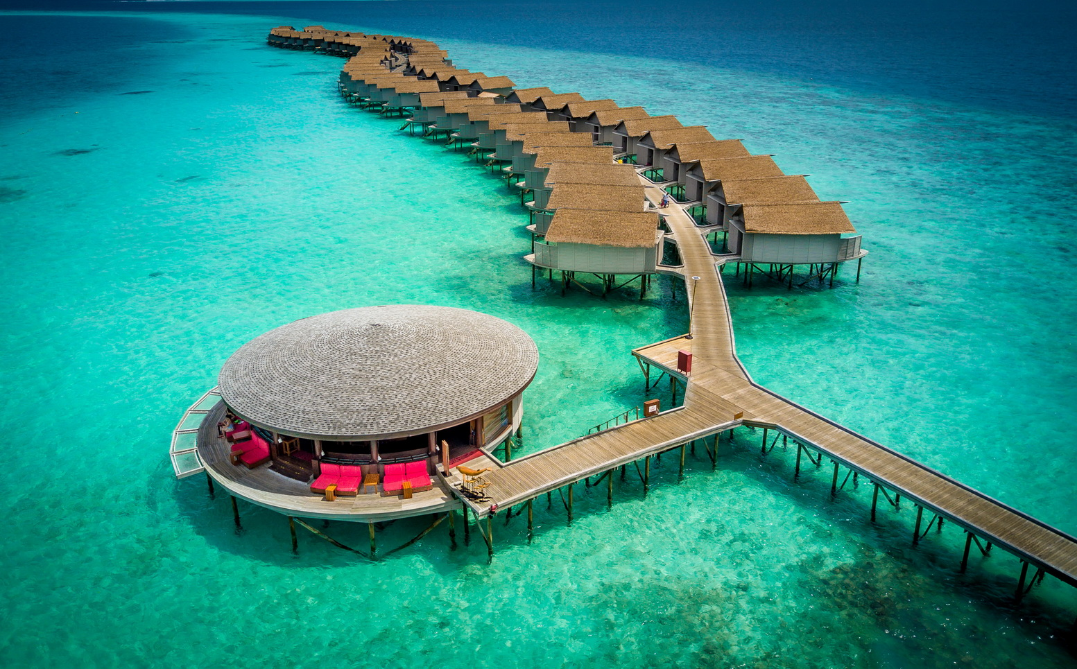 Centara Ras Fushi Resort & Spa Maldives (เซ็นทารา ราส ฟูชิ รีสอร์ทแอนด์สปา มัลดีฟส์) ไม่รวมตั๋วเครื่องบิน ราคาเริ่มต้น 22,400 บาท เหมาะสำหรับสายดำน้ำและความสงบส่วนตัว