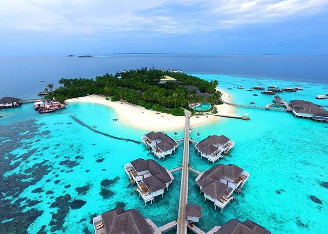 Centara Grand Island Resort & Spa Maldives (เซ็นทารา แกรนด์ ไอส์แลนด์ รีสอร์ท แอนด์ สปา มัลดีฟส์) ไม่รวมตั๋วเครื่องบิน ราคาเริ่มต้น 39,800 บาท เหมาะสำหรับครอบครัวและคู่รัก